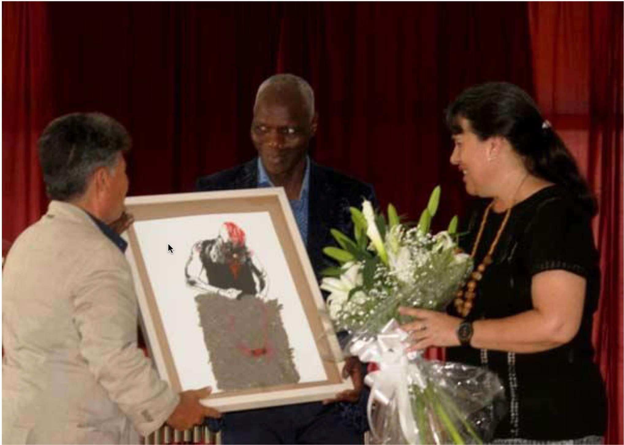 Aboulaye Konaté receiving his honorary distinction Copyright: Centro de Arte Contemporáneo Wilfredo Lam (Cuba)