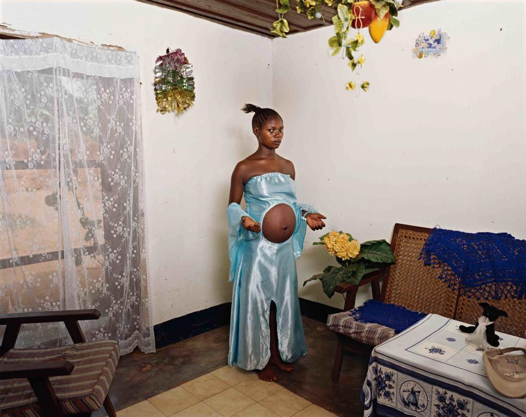 Deana Lawson, Mama Goma​, 2014. 35 x 45 in (99 x 114,3 cm). Courtesy of the Artist