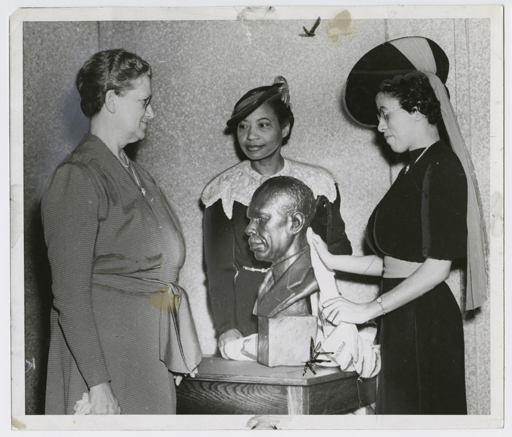 """« Augusta Savage with Ernestine Rose, Roberta Bosley Hubert, and her sculpture James Weldon Johnson"""", 1939. Schomburg Center for Research in Black Culture."""