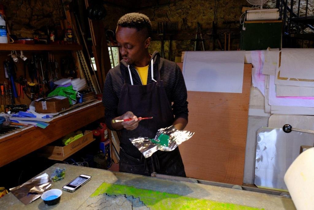 Evans Mbugua working in the Atelier. © Atelier le Grand Village